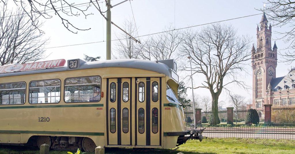 Tourist tram bij het Vredespaleis