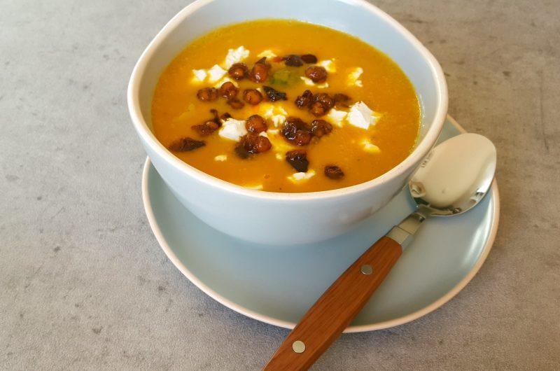 Zoete Aardappel Soep met broccoli, geitenkaas & krokante kikkererwten