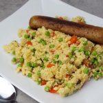 Snelle couscous met paprika, doperwten & een vegetarische braadworst