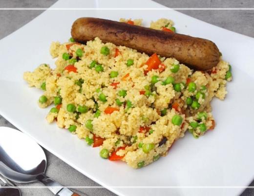 Snelle vegetarische couscous met paprika en doperwten